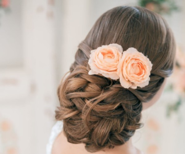 прическа с цветами в волосах, фото