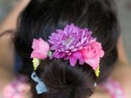 Как прикрепить живые цветы в волосы?