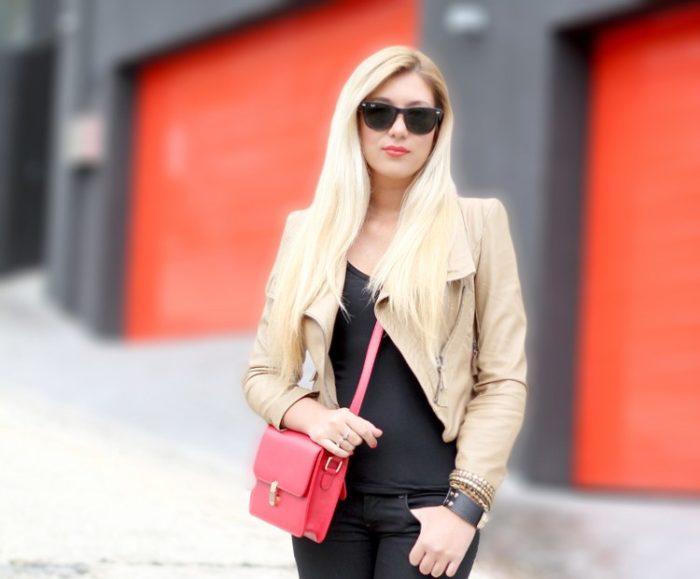 красная сумка с бежевой курткой, фото